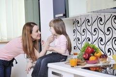 Glückliche Tochter und Mamma in der Küche lizenzfreies stockfoto
