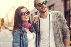 Glückliche Touristen in der Stadt Stockbild