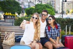 Glückliche Touristen, die selfei durch das intelligente Telefon machen stockfotos