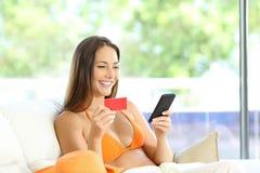 Glückliche touristische Anmeldung online in einer Wohnung stockfotografie