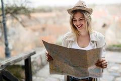 Glückliche touristische Frau im Urlaub mit Kartenbesuchsstadt stockfoto