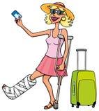 Glückliche touristische Frau mit einem gebrochenen Bein und einer Karte Stockfotografie
