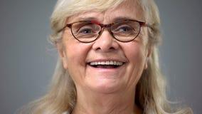 Glückliche tragende Brillen alter Dame, Konzept der Augenheilkunde, Visionsprobleme lizenzfreie stockfotografie