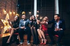 Glückliche tragende Wunderkerzen der jungen Leute und haben Spaß Stockbilder
