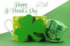 Glückliche Tupfen-Kaffeetasse St. Patricks Tagesüberfällt mit Shamrocks Stockfotografie
