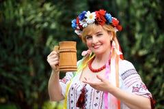 Glückliche ukrainische Frau des Portraits Stockfotografie