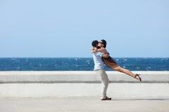 Glückliche Umarmung zwischen schöner Frau und Ehemann Stockbild