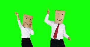 Glückliche unbekannte Geschäftsleute, die zusammen tanzen