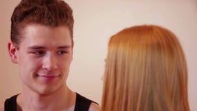 Glückliche und attraktive junge Paare, die auf Schwingen küssen stock footage