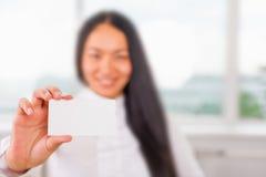 Glückliche und erfolgreiche asiatische Geschäftsfrau gibt Ihnen eine Visitenkarte Stockbilder