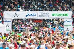 Glückliche und erschöpfte Läufer am Ziel in Stockholm Stadion Stockbilder