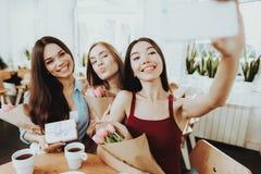 Glückliche und junge Frau mit Freunden feiern Feiertag für junges Mädchen Dame Celebrate Leute an diesem glücklichen Tag Liebe fü lizenzfreie stockbilder