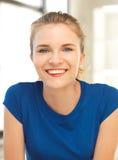 Glückliche und lächelnde Jugendliche stockfoto