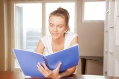 Glückliche und lächelnde Jugendliche mit großem Notizblock Lizenzfreie Stockbilder