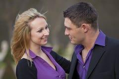 Glückliche und lachende Paare Stockfotos