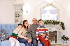 Glückliche und nette Familie in der festlichen Stimmung haben Spaß und lachen Berufskleidung Lizenzfreie Stockfotografie
