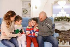 Glückliche und nette Familie in der festlichen Stimmung haben Spaß und lachen Berufskleidung Lizenzfreie Stockfotos