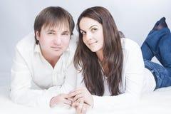 Glückliche und positive kaukasische Paare, die Zeit zusammen haben communicating stockfotos