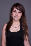 Glückliche und schöne junge Frau stockfotografie