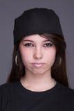 Glückliche und schöne junge Frau, mit einer Haube lizenzfreie stockfotos
