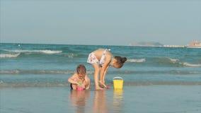 Glückliche und sorglose Kinder, die durch das Meer mit Sand spielen Kinderspielen, Bruder- und Schwesterspiel durch das Meer gl?c stock video footage