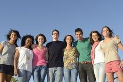 Glückliche und verschiedene Gruppe draußen Lizenzfreies Stockbild