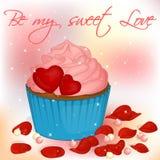Glückliche Valentinsgruß ` s Tageskarte mit kleinem Kuchen, Perlen und den rosafarbenen Blumenblättern Stockfoto