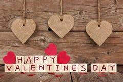 Glückliche Valentinsgruß-Tagesholzklötze mit Herzdekor auf Holz Lizenzfreies Stockbild