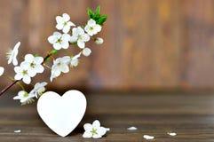Glückliche Valentinsgruß-Tageskarte mit Frühlingsblumen und dekorativem Herzen Lizenzfreie Stockbilder