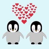 Glückliche Valentinsgrußtagespaare in den Liebespinguinen Pinguin, der ein Herz hält Plüschspielwarenpinguin mit Herzen Kawaii lizenzfreie abbildung