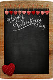 Glückliche Valentinstag-Tafel mit Liebesmitteilung und rotem Herzen Stockbild
