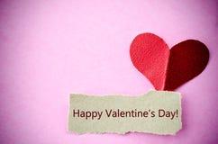 Glückliche Valentinstagkarte mit Papierherzen Lizenzfreie Stockbilder