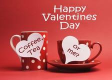 Glückliche Valentinstagmeldung mit Kaffee, Tee oder mir? geschrieben auf weiße Innerzeichenmarken Stockbilder