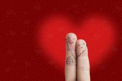 Glückliche Valentinstagthema-Reihe Fingerkunst eines glücklichen Paars Liebhaber umfasst und hört Musik Auf lagerbild Lizenzfreie Stockfotografie