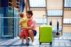 Glückliche Vater- und Sohnsitzung nach einer langen Trennung, in der Reise Stockfotografie