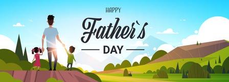 Glückliche Vatertagsfamilienurlaubtochter- und -sohngriffvatihand stehen die flache Sonnenuntergangkonzept-Grußkarte zurück, scha stock abbildung