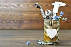 Glückliche Vatertagskarte mit Werkzeugen, Herzen und Blumen Stockfotografie