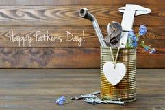Glückliche Vatertagskarte mit Werkzeugen, Herzen und Blumen Lizenzfreies Stockfoto