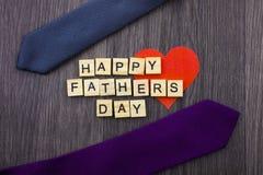 Glückliche Vatertagsmitteilung auf einem hölzernen Hintergrund mit Rahmen von Bindungen lizenzfreies stockfoto