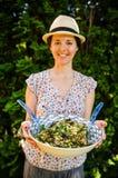 Glückliche vegetarische Frau mit Salat stockfoto
