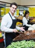 Glückliche Verkäufer mit Kastanien Lizenzfreie Stockfotografie