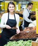 Glückliche Verkäufer mit Kastanien Lizenzfreies Stockbild