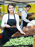 Glückliche Verkäufer mit Kastanien Stockfoto