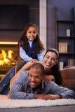 Glückliche verschiedene Familie zu Hause Stockbild