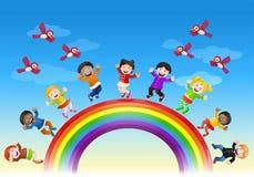 Glückliche verschiedene Kinder auf Regenbogenbrücke vektor abbildung