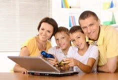 Glückliche vierköpfige Familie Lizenzfreie Stockfotos