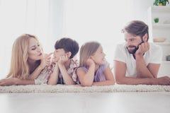 Glückliche vierköpfige Familie Blonde Mutter und kleiner Sohn, Brünette bärtiges DA Stockbilder