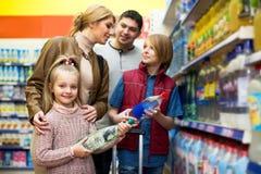 Glückliche vierköpfige Familie, die Mineralwasser kauft Lizenzfreie Stockfotografie