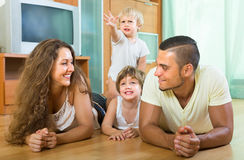 Glückliche vierköpfige Familie zu Hause Lizenzfreies Stockfoto