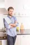 Glückliche vierzig Jahre alte kaukasische Mann oder Chef in der Küche Stockfoto